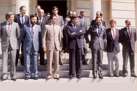 5/07/1985. 10 Second Legislature (2). Cabinet from July 1985 to July 1986. Group photo before first Council of Ministers at Moncloa Palace.