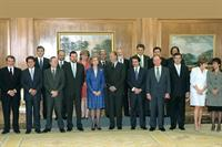 28/04/2000. 26 Seventh Legislature (1). Cabinet from April 2000 to February 2001. Group photo together with the King and Queen.