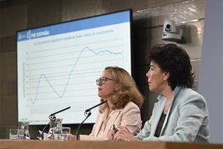 Nadia Calviño e Isabel Celaá durante la rueda de prensa posterior al Consejo de Ministros