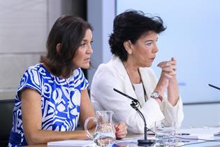 Reyes Maroto e Isabel Celaá durante la rueda de prensa posterior al Consejo de Ministros