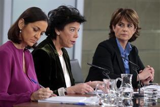 Reyes Maroto, Isabel Celaá y Dolores Delgado durante la rueda de prensa posterior al Consejo