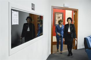 Carcedo y Celaá entrando en la sala de prensa tras el Consejo de Ministros