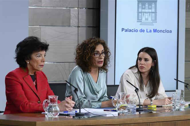 17/01/2020. Consejo de Ministros: María Jesús Montero, Isabel Celaá e Irene Montero. La ministra de Hacienda y portavoz del Gobierno, María ...