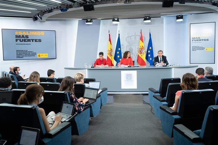 Arancha González Laya, María Jesús Montero y Luis Planas durante la rueda de prensa tras el Consejo de Ministros