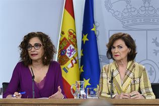 La portavoz del Gobierno, María Jesús Montero, y la vicepresidenta primera, Carmen Calvo
