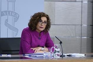 La portavoz del Gobierno, María Jesús Montero, durante su intervención en la rueda de prensa tras el Consejo de Ministros