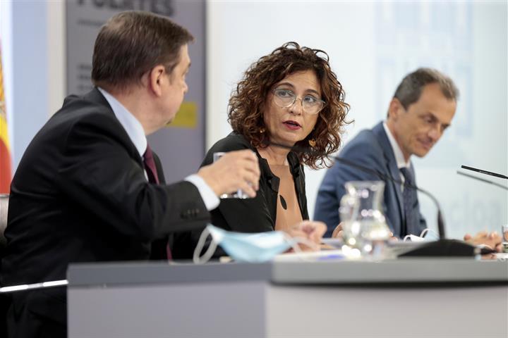 Luis Planas, María Jesús Montero y Pedro Duque en la rueda de prensa posterior al Consejo de Ministros