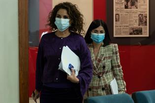María Jesús Montero y Carolina Darias entran en la sala de prensa para informar de los acuerdos del Consejo de Ministros