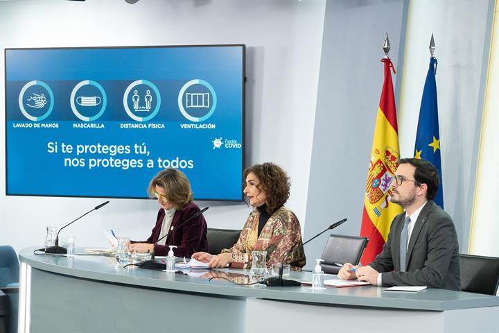 Las ministras Teresa Ribera y María Jesús Montero, y el ministro Alberto Garzón, durante la rueda de prensa
