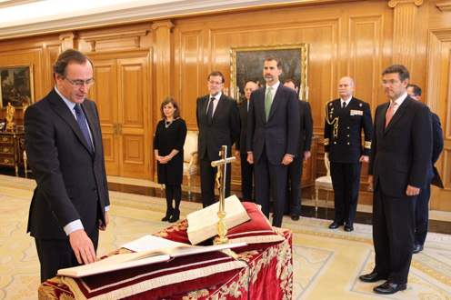 3/12/2014. The new Minister for Health, Social Services and Equality, Alfonso Alonso, takes the oath before His Majesty the King of Spain