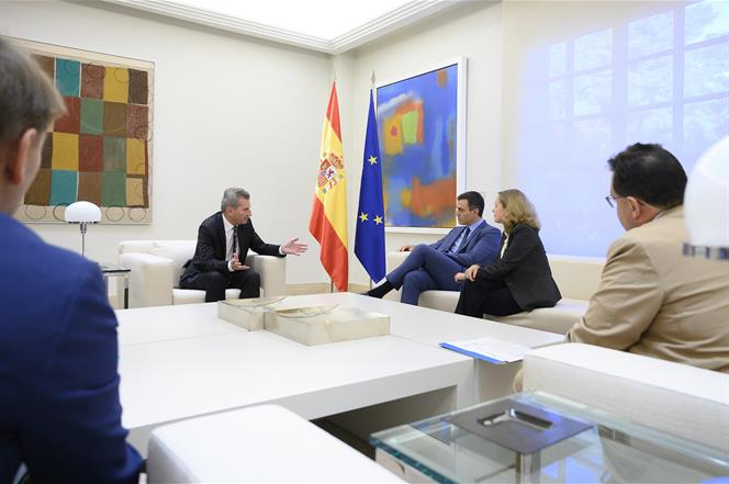 4/10/2019. Pedro Sánchez recibe al comisario europeo para Presupuesto y Recursos Humanos, Günter Hermann Oettinger. El presidente del Gobier...