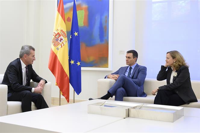 4/10/2019. Pedro Sánchez recibe al comisario europeo de Programación Financiera y Presupuestos, Günter Hermann Oettinger. El presidente del ...