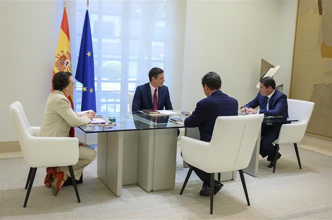8/08/2019. Pedro Sánchez se reúne con representantes de los agentes sociales. El presidente del Gobierno en funciones, Pedro Sánchez, junto ...
