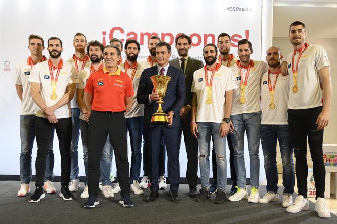 16/09/2019. Sánchez recibe a la selección masculina de baloncesto. El presidente del Gobierno en funciones, Pedro Sánchez, posa con el selec...