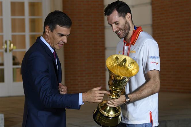 16/09/2019. Sánchez recibe a la selección masculina de baloncesto. El presidente del Gobierno en funciones, Pedro Sánchez, recibe al capitán...