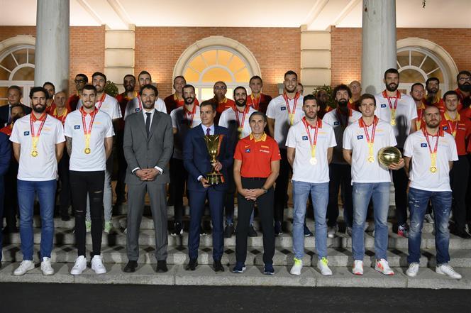 16/09/2019. Sánchez recibe a la selección masculina de baloncesto. Foto de familia del presidente del Gobierno en funciones, Pedro Sánchez, ...