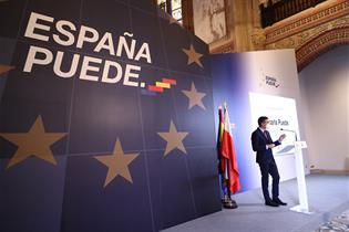 """El presidente del Gobierno, Pedro Sánchez, bajo el lema """"España Puede."""""""