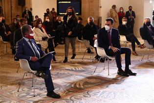 El presidente del Gobierno, Pedro Sánchez, y el presidente de Cantabria, Miguel Ángel Revilla, durante el acto