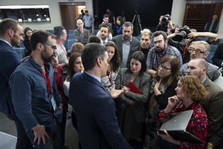 El presidente del Gobierno, Pedro Sánchez, conversa con los periodistas tras su comparecencia en La Moncloa