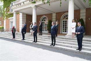 El presidente Pedro Sánchez, miembros del Gobierno y agentes sociales, en las escalinatas del edificio del Consejo de Ministros