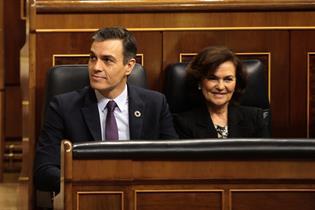 El presidente del Gobierno, Pedro Sánchez, y la vicepresidenta primera, Carmen Calvo, en la sesión de control al Ejecutivo