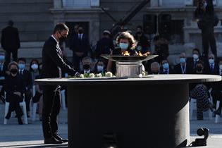 Ofrenda floral a las víctimas del coronavirus durante el homenaje en el Palacio Real de Madrid