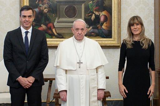 24/10/2020. El presidente del Gobierno se reúne con el Papa Francisco en el Vaticano. El presidente del Gobierno, Pedro Sánchez, y su esposa...