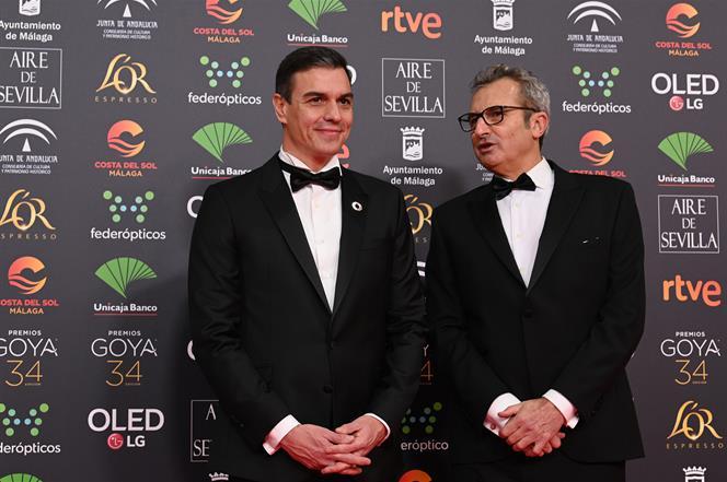25/01/2020. Pedro Sánchez asiste a la 34 edición de los Premios Goya. El presidente del Gobierno, Pedro Sánchez, posa en el photocall, junto...