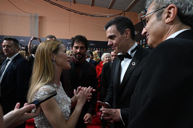25/01/2020. Pedro Sánchez asiste a la 34 edición de los Premios Goya. El presidente del Gobierno, Pedro Sánchez, charla con María Esteve, hi...