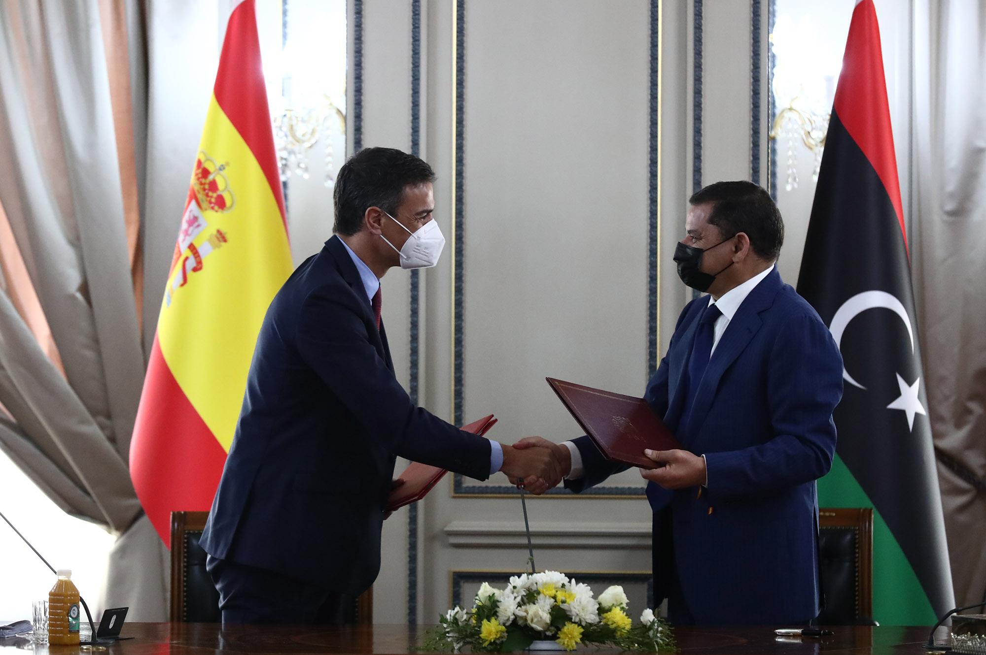 Pedro Sánchez y Abdul Hamid Dbeiba se saludan tras firmar memorandos de entendimiento
