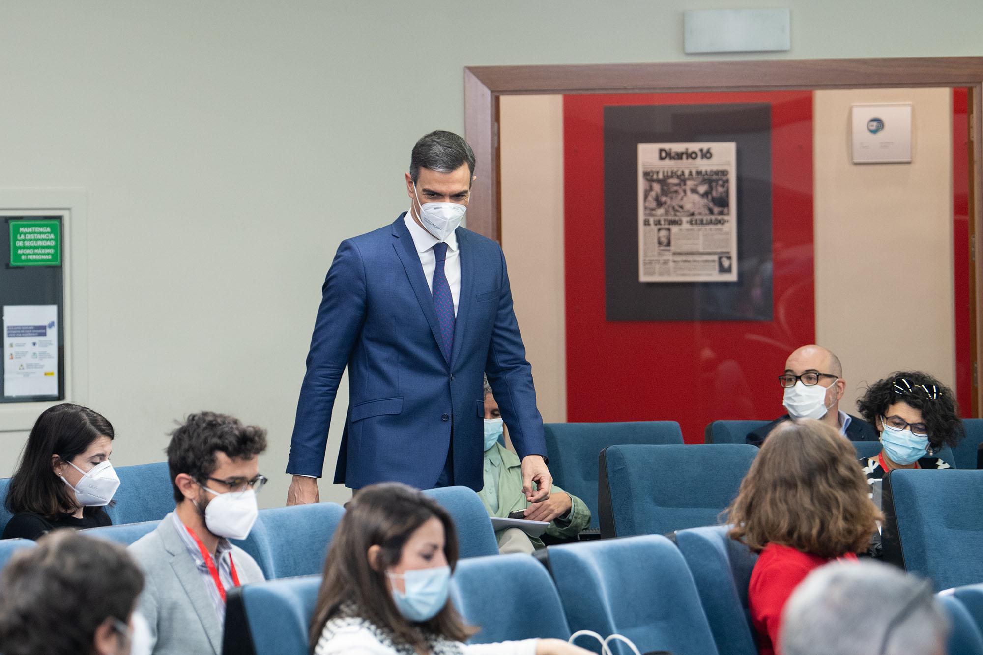 Pedro Sánchez entra en la sala de prensa de Moncloa