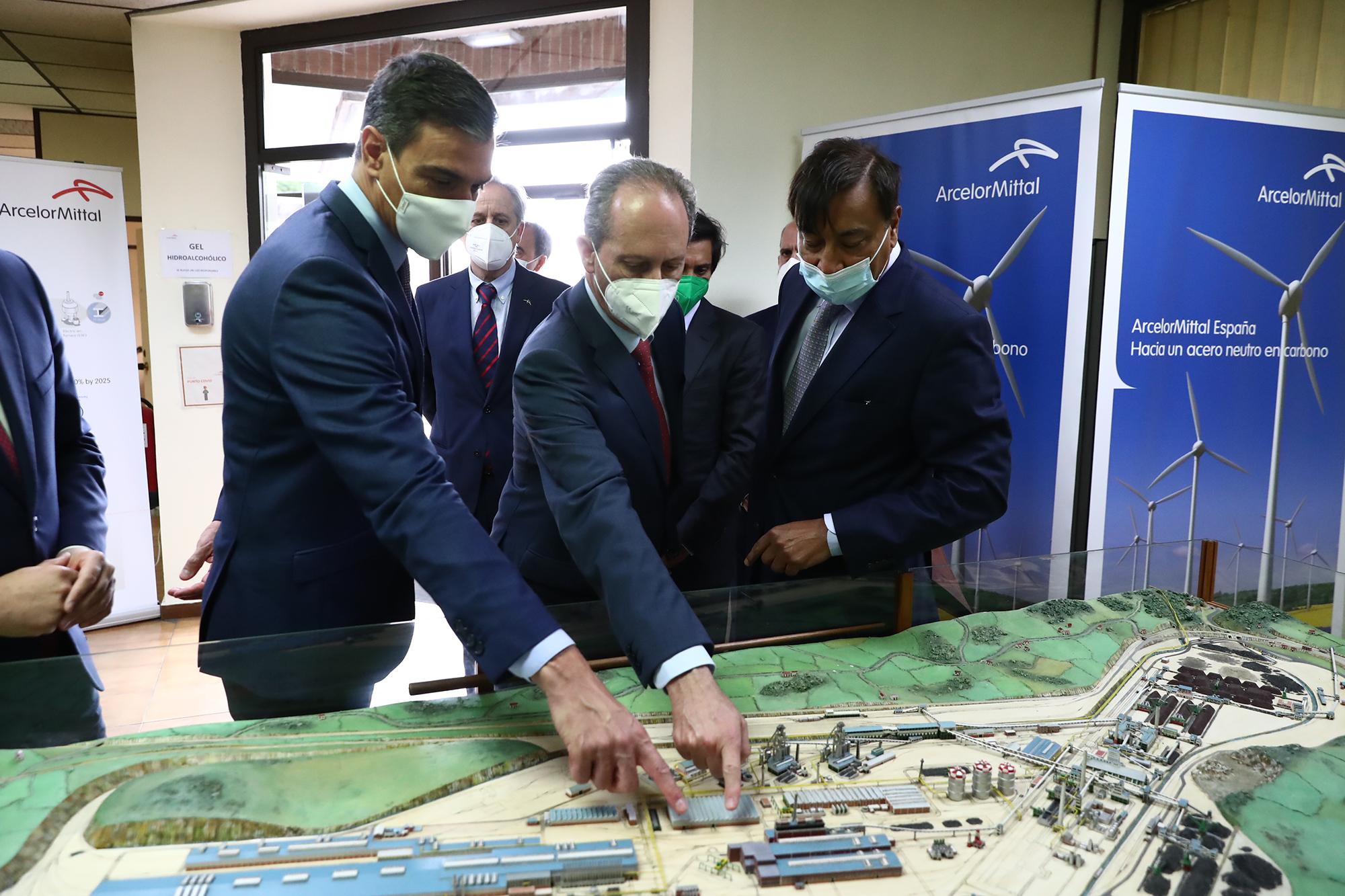 Pedro Sánchez durante su visita a ArcelorMittal