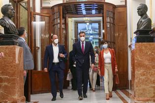 Pedro Sánchez, a su llegada al Congreso, junto a la ministra de Política Territorial y portavoz del Ejecutivo, Isabel Rodríguez