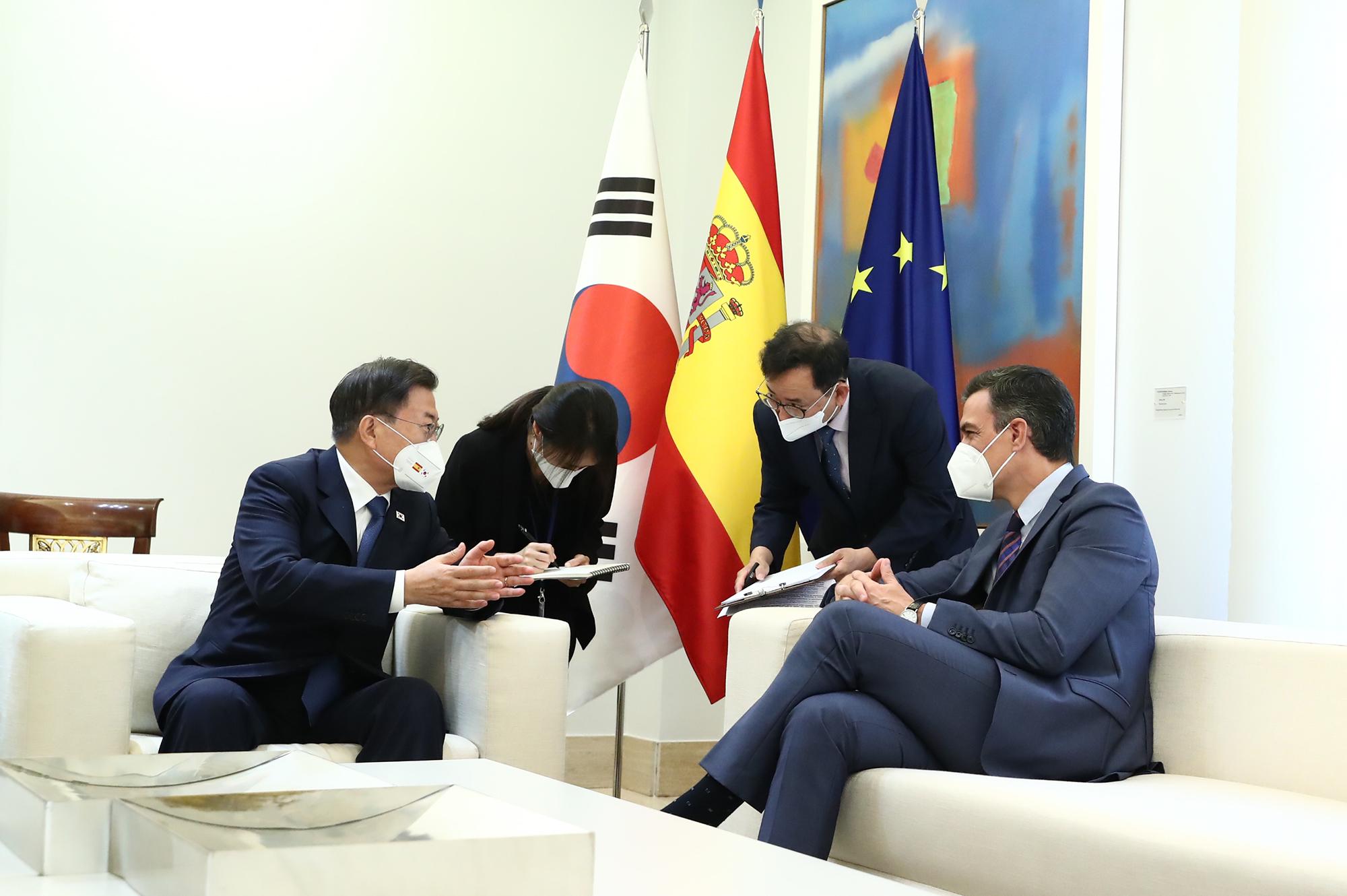 Pedro Sánchez junto a Moon Jae-in y sus colaboradores