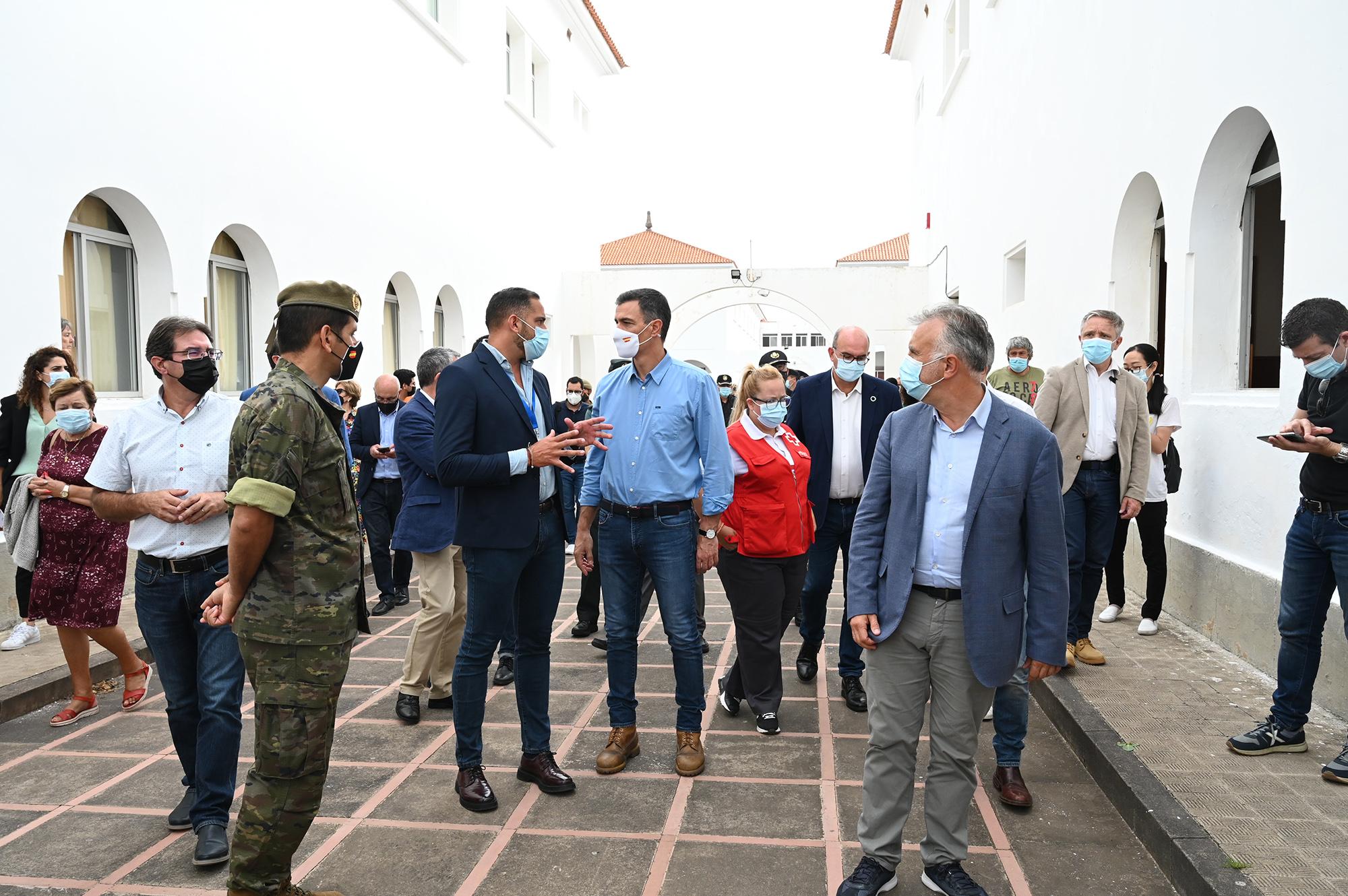 Pedro Sánchez durante la visita al centro de acogida de afectados