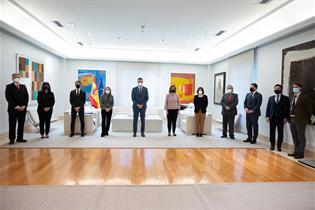 El presidente del Gobierno, Pedro Sánchez, con los presentes en el encuentro celebrado en La Moncloa