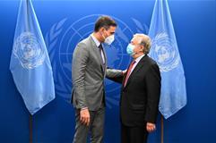 El presidente del Gobierno, Pedro Sánchez, saluda al secretario general de la ONU, António Guterres