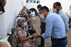 23/09/2021. Pedro Sánchez, en La Palma. El presidente del Gobierno, Pedro Sánchez, habla con las personas afectadas por los desalojos tras l...