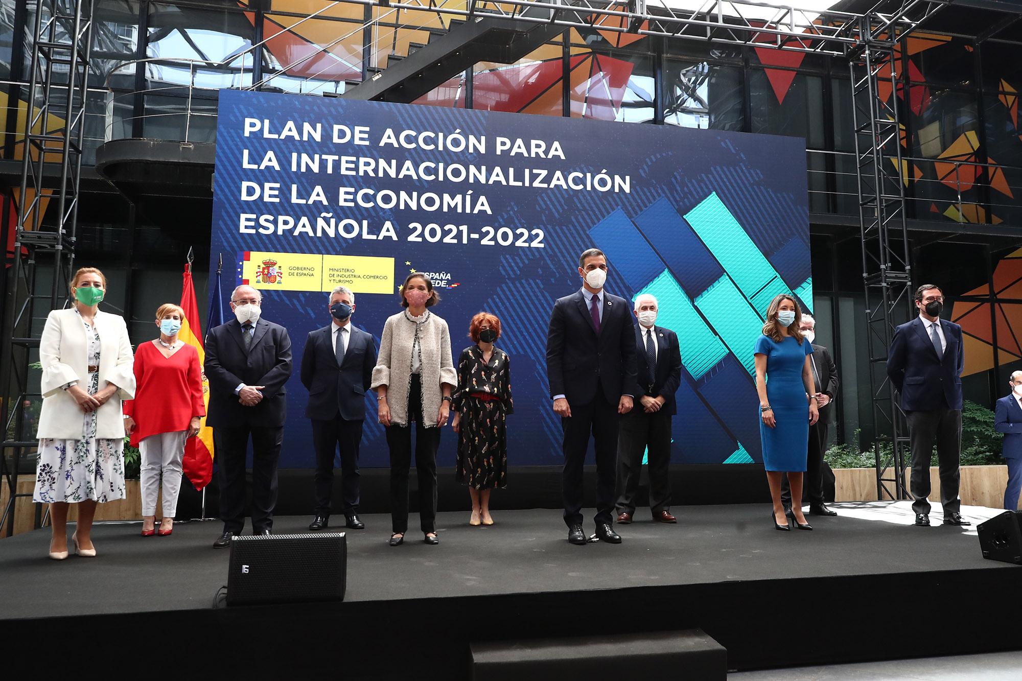 Pedro Sánchez y Reyes Maroto con los presentes en la presentación del plan