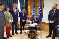 Luis Planas firmando junto a Qu Dongyu en el ceiA3