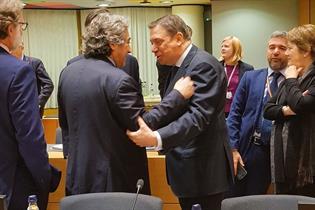 Luis Planas conversa con sus homólogos antes del inicio del Consejo