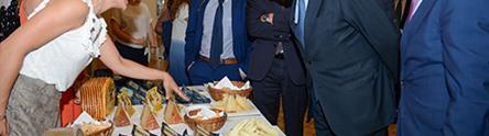 Luis Planas visita un expositor de quesos