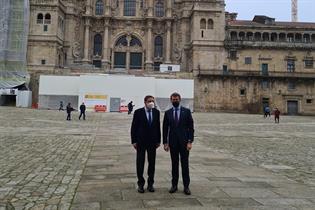 El ministro Planas junto al presidente Feijoó, frente a la catedral de Santiago de Compostela