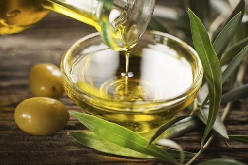 Aceitera y cuenco con aceite de oliva