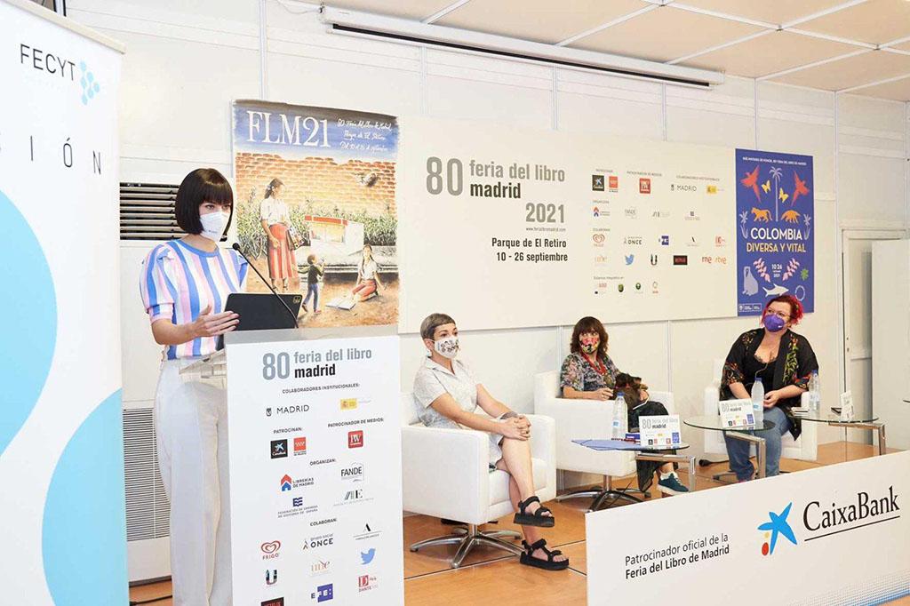 Foto de familia de la ministra en la Feria del Libro de Madrid 2021
