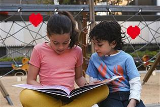 Una niña y un niño leyendo