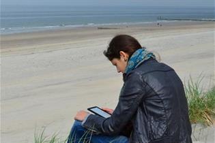 Mujer leyendo un libro en soporte digital