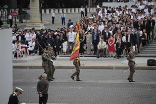 Bandera española en el desfile militar del 14 de julio