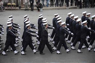 Guardamarinas españoles desfilan con la Ecole de Marine.
