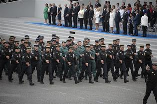 Miembros de la guardia civil desfilando junto a la gendarmeria francesa